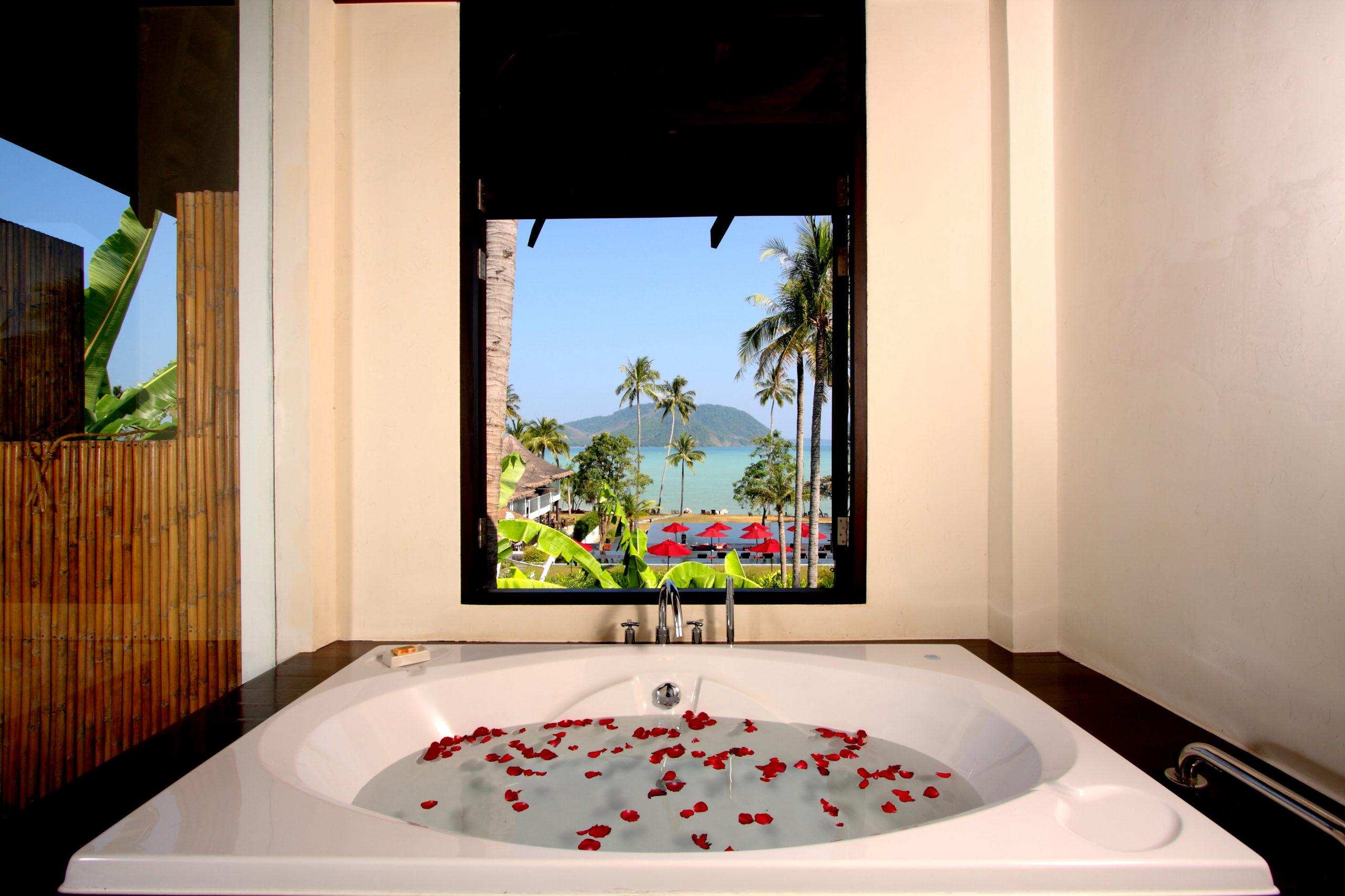 004_Deluxe Seaview Villa_Bathtub The Vijitt Resort Phuket